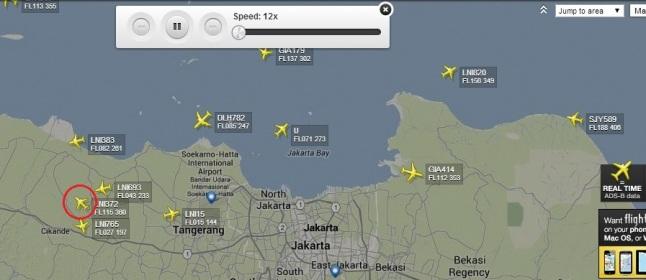 Gambar 3. Rekaman basis data FlightRadar24 tentang lalu lintas penerbangan komersial di area Jabodetabek (Indonesia) pada Minggu 8 Juni 2014 di sekitar 18:00 WIB. Nampak penerbangan LNI 372 (dalam lingkaran merah), menjadi satu-satunya pesawat yang sedang mengudara ke barat dan masih berada di atas daratan Jabodetabek. Sumber: FlighRadar24, 2014.