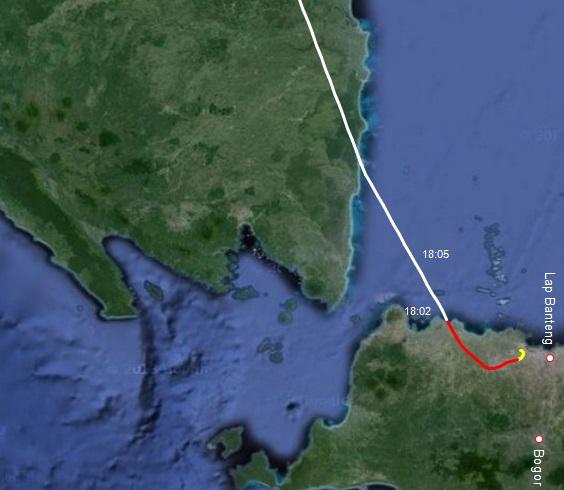 Gambar 4. Rekonstruksi lintasan penerbangan Boeing 737-900 Lion Air nomor penerbangan LNI 372 rute Jakarta-Batam pada Minggu senja 8 Juni 2014. Garis kuning menunjukkan lintasan saat ketinggian pesawat kurang dari 1.000 meter dpl. Garis merah menunjukkan saat pesawat mengarungi ketinggian antara 1.000 hingga 5.000 meter dpl. Dan garis putih adalah saat pesawat terus menanjak di atas 5.000 meter dpl. Label 18:02 adalah posisi pesawat pada pukul 18:02 WIB, saat ia berkemungkinan terbaik untuk terlihat dari Jakarta. Sumber: Sudibyo, 2014 dengan data dari FlightAware dan peta dari Google Maps.