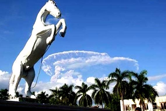 Gambar 1. Laksana ledakan bom nuklir Hiroshima, saat puncak kolom letusan Sangeang Api telah demikian melebar dan membentuk payung/jamur raksasa yang terlihat jelas dari jarak 40 km. Diabadikan oleh M. Taufiqurrahman (twitter @tofifoto) dari pusat kota Bima, Kabupaten Bima (Nusa Tenggara Barat) pada Jumat 30 Mei 2014 sore. Sumber: Taufiqurrahman, 2014.