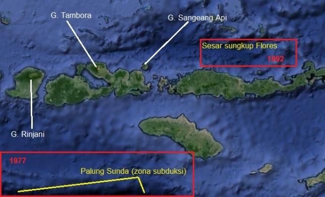 Gambar 3. Sebagian busur kepulauan Sunda Kecil dalam citra satelit. Busur kepulauan ini nampak diapit oleh dua sumber gempa kuat/besar, masing-masing palung Sunda (zona subduksi) di sisi selatan dan sesar sungkup Flores di sisi utara. Kotak merah berangka 1977 dan 1992 masing-masing menunjukkan sumber gempa besar 10 Agustus 1977 dan 12 Desember 1992 yang menghasilkan tsunami merusak. Gunung Sangeang Api nampak hampir segaris lintang yang sama dengan Gunung Tambora yang legendaris. Sumber: Sudibyo, 2014 dengan peta dari Google Maps.
