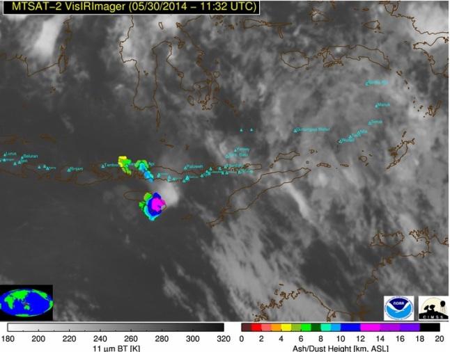 Gambar 4. Perkembangan letusan Sangeang Api pada 30 Mei 2014 pukul 19:32 WITA, diabadikan satelit MTSAT-2 dalam kanal komposit cahaya tampak/inframerah pada resolusi tinggi, dipadukan dengan analisis NOAA/CIMSS Volcanic Ash Height. Nampak debu vulkanik masih terus membumbung dari Gunung Sangeang Api meski letusan telah berlangsung selama 4 jam lebih. Di atas pulau Sumba, debu vulkanik Sangeang Api bahkan membumbung hingga mendekati ketinggian 14.000 meter dpl. Sumber: CIMSS, 2014.