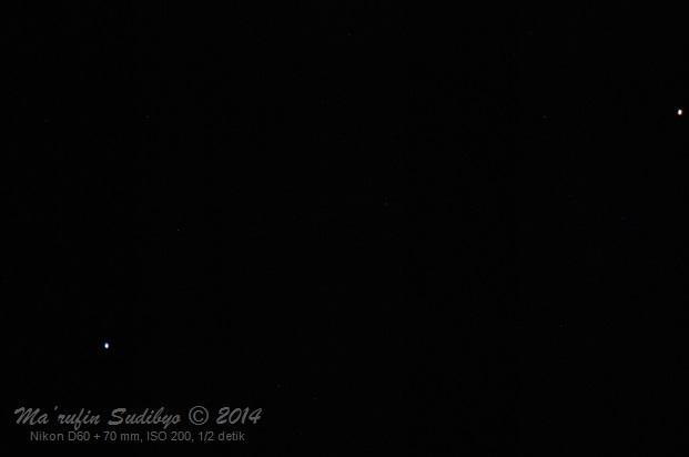 Gambar 1. Bintang Spica (kiri) dan planet Mars (kanan) pada saat berkonjungsi 14 Juli 2014 lalu, diabadikan dengan Nikon D60 + 70 mm tanpa penjejakan (tracking). Panduan arah, kanan = utara, bawah = barat. Sumber: Sudibyo, 2014.