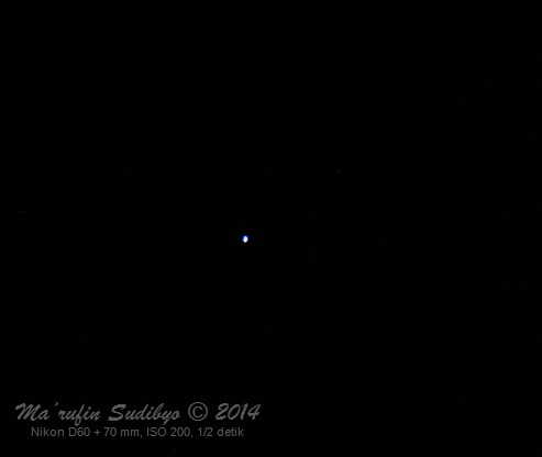 Gambar 3. Bintang Spica, diabadikan dengan Nikon D60 + 70 mm tanpa penjejakan (tracking) pada 14 Juli 2014. Berbeda dengan Mars, bintang ini didominasi warna kebiru-biruan, menandakan suhu permukaannya cukup tinggi melampaui suhu permukaan Matahari. Panduan arah, kanan = utara, bawah = barat. Sumber: Sudibyo, 2014.