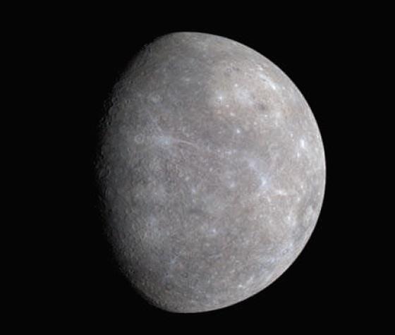 Gambar 3. Wajah Merkurius dilihat dari jarak lebih dekat ke planet tersebut, diabadikan oleh wahana antariksa takberawak MESSENGER saat melintas pada 14 Januari 2008 dalam perjalanannya untuk mengorbit planet itu. Sumber: NASA, 2008 dalam Morison, 2008.