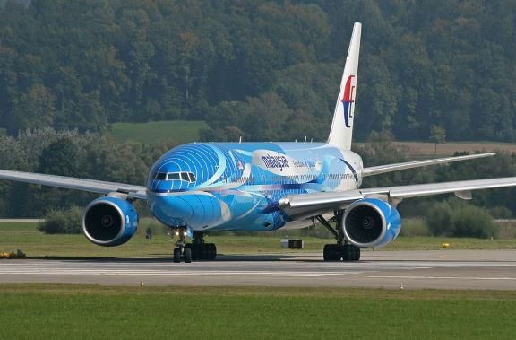 Gambar 1. Boeing 777-200ER nomor 9M-MRD milik Malaysia Airlines sedang melaju di landasan. Warna cat tubuhnya merupakan cat yang berlaku pada 2005 hingga 2008. Inilah pesawat dalam penerbangan MH17 yang jatuh di Ukraina timur pada kamis 17 Juli 2014. Sumber: Airpicfreak, dalam Flightradar24, 2014.