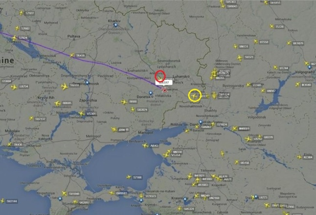 Gambar 3. Aktivitas lalu lintas udara di ruang udara Ukraina dan sekitarnya pada saat penerbangan MH17 jatuh tertembak. Nampak posisi terakhir penerbangan MH17 (dilabeli sebagai MAS17), dengan garis ungu sebagai lintasan yang telah ditempuhnya semenjak berangkat dari Amsterdam. Nampak pula dua pesawat sipil lainnya yang berdekatan, masing-masing pesawat Air India (dalam lingkaran kuning) dan pesawat Singapore Airlines (dalam lingkaran merah). Panduan arah: atas = utara, kanan = timur. Sumber: Flightradar24, 2014.