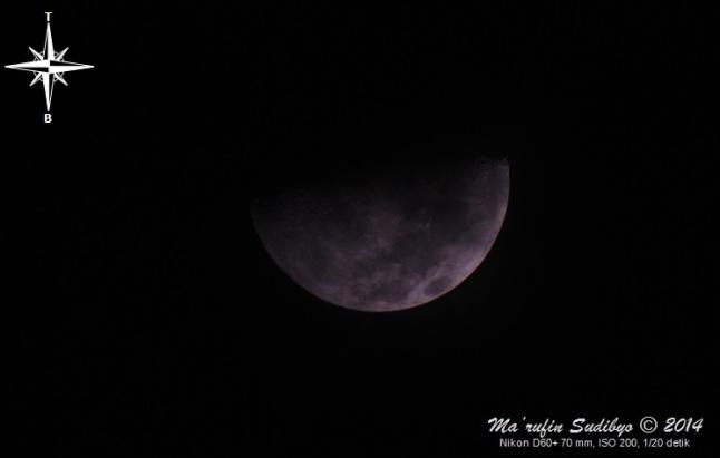 Gambar 5. Bulan dalam wajah separuh, empat jam setelah terbenamnya Matahari pada 4 Agustus 2014. Diabadikan dengan waktu penyinaran dua kali lipat lebih lambat dari seharusnya, namun sapuan awan tipis yang berarak di latar depannya membuat Bulan nampak lebih redup. Sumber: Sudibyo, 2014.