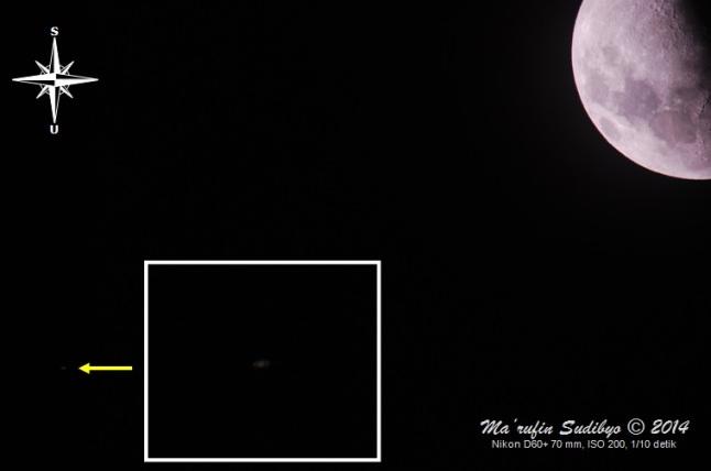 Gambar 4. Planet Saturnus dan Bulan, empat jam setelah Matahari terbenam pada 4 Agustus 2014 lewat celah di antara awan yang berarak-arak. Saat itu kedua benda langit tersebut terpisahkan jarak sudut (elongasi) sebesar 1,5 derajat menurut Starry Night. Diabadikan dengan teknik fokus prima dengan waktu penyinaran (exposure time) 4 kali lipat lebih lambat dibanding seharusnya, sehingga Saturnus dapat terekam cukup terang. Konsekuensinya Bulan nampak sedikit kelebihan paparan cahaya (overexposure) sehingga sedikit memutih. Sumber; Sudibyo, 2014.