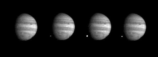Gambar 4. Saat-saat keping G komet Shoemaker-Levy 9 menghantam hemisfer selatan Jupiter, seperti diabadikan wahana Galileo yang sedang dalam perjalanan menuju planet gas raksasa itu. Titik putih di area gelap tersebut adalah bola api tumbukan (fireball), yang pada puncaknya memiliki ukuran hingga dua kali lipat diameter Bumi. Peristiwa ini menjadi momentum yang menggugah kesadaran sejumlah kalangan untuk mengelaborasi dan mengeksplorasi benda langit bernama komet dengan lebih baik lagi. Sumber: NASA, 1994.