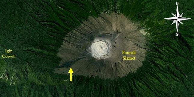 Gambar 3. Citra satelit SPOT kanal cahaya tampak akan kawasan puncak Gunung Slamet. Nampak jejak aliran lava masa silam, kemungkinan dari Letusan Slamet 1934 (tanda panah) di sisi barat daya kawah. Sumber: Google Earth, 2014 dengan label oleh Sudibyo.