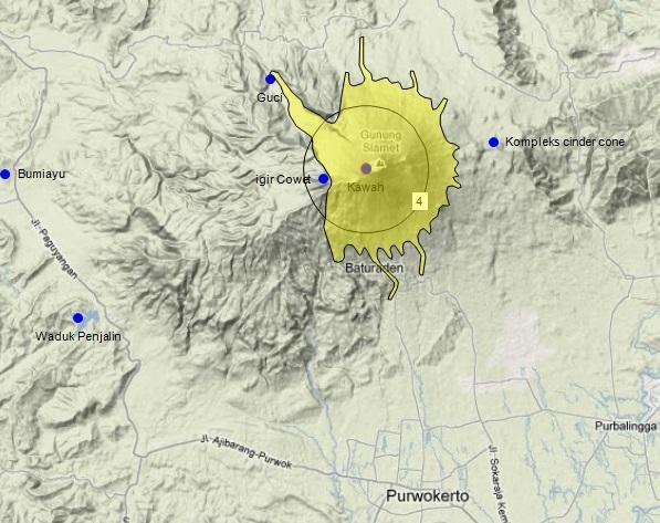 Gambar 4. Kawasan rawan bencana Gunung Slamet dalam status Siaga (Level III). Lingkaran berangka 4 menunjukkan kawasan beradius mendatar 4 km dari kawah aktif. Sementara area kuning menunjukkan area yang berpotensi terlanda aliran lava dan awan panas. Sumber: digambar ulang oleh Sudibyo, 2014 dengan data PVMBG dan peta Google Maps terrain.