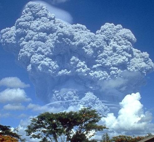 Gambar 4. Letusan Gunung Pinatubo pada Juni 1991, menjelang puncak letusan katastrofiknya. Debu vulkanik Pinatubo disemburkan jauh tingga hingga memasuki lapisan stratosfer dan sempat menciptakan tabir surya vulkanik meski tak berdampak besar bagi iklim Bumi. Letusan Tambora 1815 pada dasarnya juga demikian, hanya saja 16 kali lipat lebih dahsyat ketimbang Pinatubo. Sehingga dampaknya pun sangat besar. Sumber: USGS, 1991.
