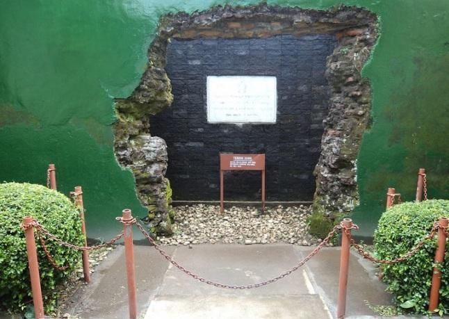 Gambar 1. Dinding berlubang di pagar sisi barat eks Ndalem Tegalrejo (kini Museum Sasana Wiratama Dipoengoro, Yogyakarta). Di sinilah Pangeran Diponegoro meloloskan diri saat kediamannya diserbu pasukan gabungan Kasultanan Yogyakarta dan Belanda, yang mengawali berkobarnya Perang Diponegoro. Sumber: Amangkuratprastono, 2014.
