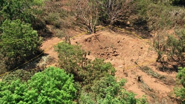 Gambar 3. Cekungan besar mirip mangkuk yang terbentuk di kawasan pinggiran bandara internasional Sandino di dekat kota Managua (Nikaragua), diabadikan dari udara oleh militer Nikaragua. Sumber: National Geographic, 2014.
