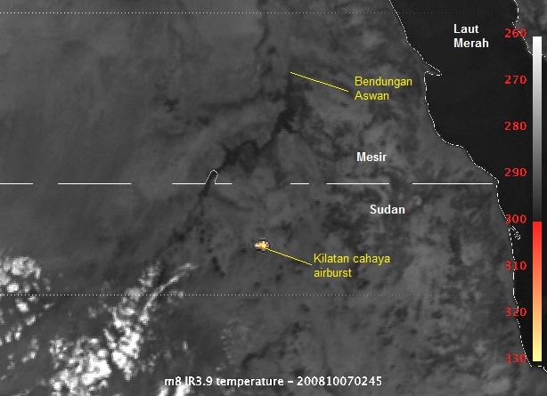 Gambar 2. Contoh kilatan cahaya pada peristiwa airburst, dalam hal ini saat asteroid 2008 TC3 berubah menjadi boloid dan meledak di atas Sudan bagian utara. Kilatan ini direkam oleh satelit cuaca sipil Meteosat-8 milik Eropa lewat kanal inframerah pada 7 Oktober 2008 pukul 09:45 WIB. Airburst ini melepaskan energi antara 1 hingga 2 kiloton TNT. Airburst sejenis dengan pelepasan energi lebih kecil kerap terekam oleh satelit militer detektor ledakan nuklir yang dirahasiakan. Sumber: Eumetsat, 2008.