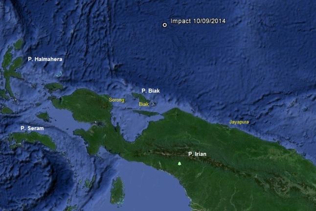 Gambar 1. Lokasi titik ledakan di udara/airburst 10 September 2014 dinihari (Impact 10/09/2014) di sebelah utara pulau Irian dalam peta. Titik airburst berjarak 500 km dari kota Biak, atau 700 km dari kota Jayapura. Dengan energi 0,1 kiloton TNT maka gelombang kejut yang diproduksi oleh meteor-terang yang mengalami airburst takkan berdampak pada permukaan Bumi di bawahnya, apalagi ke daratan pulau Irian. Sumber: Sudibyo, 2014 berbasis Google Earth.