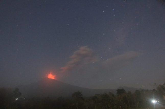 Gambar 1. Gunung Slamet pada Jumat 12 September 2014 malam, diabadikan dari arah Pemalang. Nampak puncak gunung ibarat menara api. Kepulan debu dan asap terlihat menyebar ke barat berhias gugusan bintang Sagittarius di latar belakang. Sumber: Fatrurrizal, 2014.