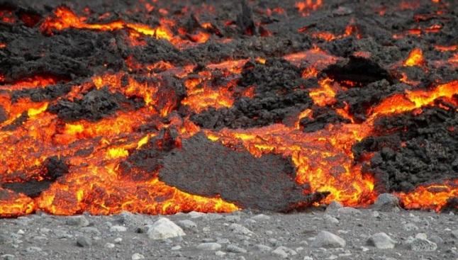 Gambar 8. Lava basaltik panas membara sedang merayap menyusuri tanah Islandia, diabadikan pada 15 September 2014. Pelan namun pasti lava basaltik ini terus bergerak maju menutupi wilayah lebih luas dari hari ke hari. Panorama sejenis tersebut juga disaksikan orang-orang Madinah kala terjadi Letusan Madinah 1256 pada 7,5 abad silam. Sumber: University of Iceland, 2014.