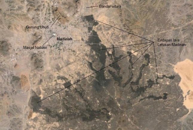 Gambar 5. Citra satelit Landsat dalam warna nyata untuk kotasuci Madinah dan sekitarnya. Nampak hampir seluruh permukaan tanah di sekitar kota ini didominasi warna coklat kemerah-merahan. Terkecuali di sisi tenggara kota yang permukaan tanahnya bewarna hitam/gelap. Inilah endapan lava jejak Letusan Madinah 1256. Sumber: Google Earth, 2014.