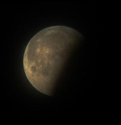Gambar 1. Wajah Bulan yang 'hilang' separo saat mengalami Gerhana Bulan dalam fase parsial (sebagian), diabadikan pada 16 Juni 2011 di Kebumen. Pada Gerhana Bulan 8 Oktober 2014, pemandangan seperti ini pun akan terulang. Sumber: Sudibyo, 2011.