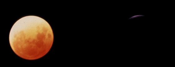 Gambar 5. Dramatisnya perbedaan wajah Bulan yang terabadikan saat puncak Gerhana Bulan Total 30 Januari 1972 kala atmosfer relatif bersih (kiri) dengan saat puncak Gerhana Bulan Total 30 Desember 1982 pasca letusan el-Chichon (kanan). Kedua citra diambil dengan menggunakan teleskop, kamera, film dan waktu penyinaran (exposure time) yang sama. Citra Bulan sebelah kiri adalah 400 kali lebih benderang (6,5 magnitudo lebih cerlang) dibanding citra Bulan sebelah kanan. Sumber: Keen, 2008.