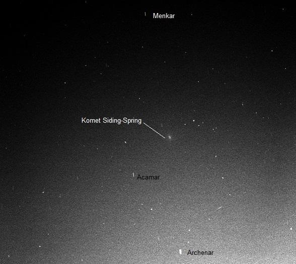 Gambar 2. Komet Siding-Spring diamati dari permukaan planet Mars oleh radas PanCam pada robot penjelajah Opportunity dengan waktu penyinaran 50 detik. Citra ini dibuat dalam 2,5 jam sebelum sang komet mencapai titik terdekatnya ke planet merah itu. Komet nampak cemerlang dibanding beberapa bintang terang yang ada dilatarbelakangnya. Inilah untuk pertama kalinya sebuah komet berhasil diamati dari permukaan planet lain. Sumber: NASA, 2014 dilabeli oleh Muh. Ma'rufin Sudibyo.