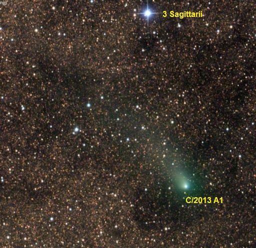 Gambar 1. Komet Siding-Spring (C/2013 A1) pada 16 Oktober 2014, diabadikan oleh astronom amatir Damian Peach (Amerika Serikat) dengan latar belakang adalah bintang-gemintang penghuni selempang galaksi Bima Sakti yang fenomenal. Komet nampak diselimuti cahaya kehijauan sebagai representasi atom-atom CN (sianida) dalam atmosfer/kepala komet. Perhatikan perbedaan mendasar ketampakan komet dengan bintang 3 Sagittarii (magnitudo semu +4,5) dimana jarak sudut (elongasi) mereka berdua adalah 2 derajat. Sumber: Damian Peach, 2014.