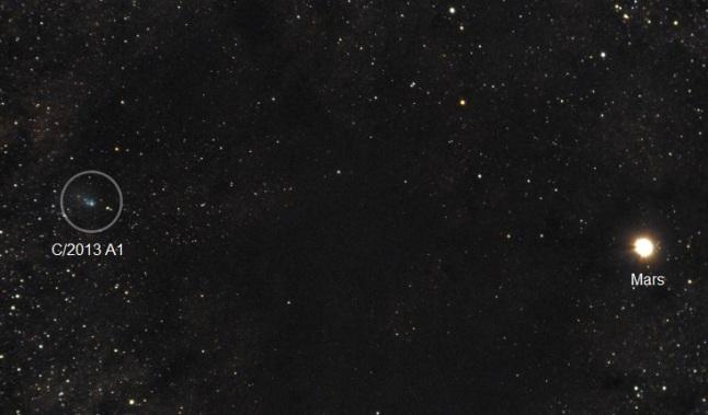 Gambar 1. Komet Siding-Spring (C/2013 A1) nampak berdampingan dengan Mars pada jarak sudut hanya 1,5 derajat. Diabadikan oleh Kevin Parker (Australia) dengan teleskop ED80 dengan f/4,4 dan kamera Pentak-K5. Citra ini terdiri dari 10 citra terpisah masing-masing dibuat dengan waktu penyinaran 60 detik yang lantas digabungkan menjadi satu lewat proses stacking. Diabadikan pada Jumat 17 Oktober 2014 pukul 10:00 UTC. Sumber: Parker, 2014.