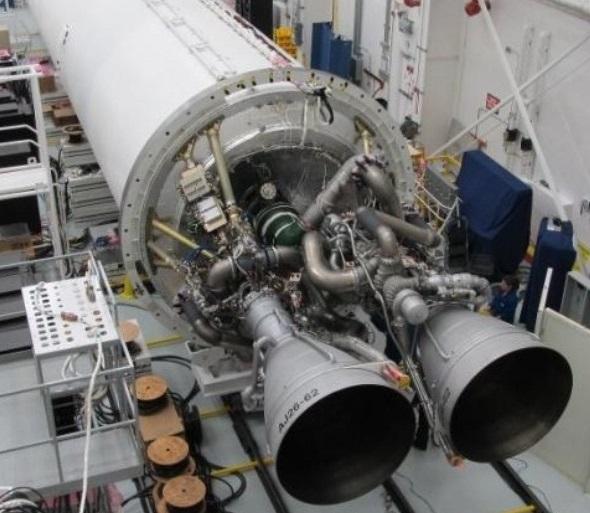 Gambar 6. Sepasang mesin roket AJ-26, rekondisi dari mesin roket NK-33 di yang menjadi bagian program roket Bulan era eks-Uni Soviet, saat dirakit bersama dengan tubuh tingkat satu roket Antares di fasilitas perakitan Orbital Sciences. Rekaman video peluncuran Antares dan wahana Cygnus Orb-3 mengindikasikan bencana bermula dari salah satu atau kedua mesin roket ini. Sumber: Orbital, 2014.