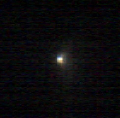 Gambar 4. Dua jenis partikel berbeda ukuran yang disemburkan komet Siding-Spring sebagaimana dicitrakan oleh radas spektrometer CRISM di wahana MRO, masing-masing dalam warna merah dan biru. Komet ini menghamburkan partikel seukuran debu 1/1.000 milimeter hingga kerikil sebesar 10 milimeter. Sumber: NASA, 2014.