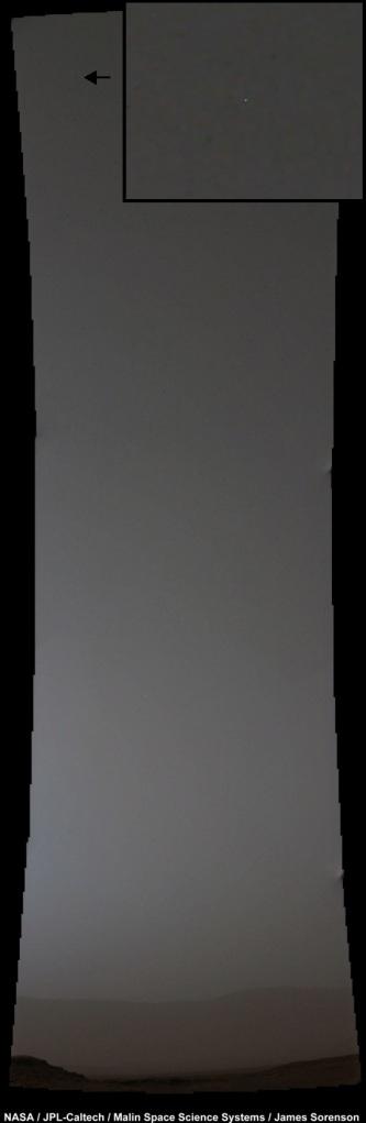 Gambar 7. Komet Siding-Spring diabadikan dari robot penjelajah Curiosity (Mars Science Laboratory) pada saat komet mencapai titik terdekatnya ke Mars. Meski berada di tempat terbaik, namun Curiosity nyaris gagal mengamati komet ini (tanda panah, diperbesar dalam kotak). Kemungkinan semburat cahaya kekuning-kuningan yang merajai langit Mars, yang bersumber dari debu-debu mikroskopis meteor Siding-Spring, membuat langit tetap benderang meski Matahari telah terbenam. Sumber: NASA, 2014.
