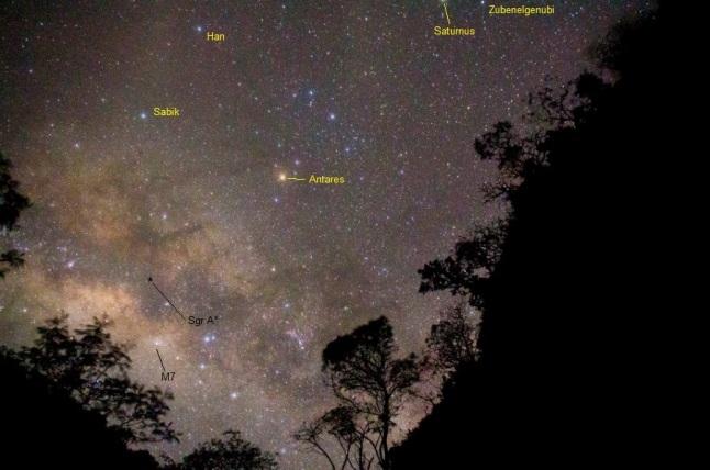 Gambar 5. Pemandangan selempang galaksi Bima Sakti kita saat disaksikan dari Bumi. Sagittarius A-star (Sgr A*) merupakan pusat galaksi Bima Sakti yang terlihat berdekatan dengan bintang terang Antares di rasi Scorpio. Sgr A* adalah lubang hitam raksasa yang massanya 4,31 juta kali lipat massa Matahari kita dan terletak antara 24.500 hingga 27.300 tahun cahaya dari Bumi kita. Diabadikan dari Gunung Sumbing pada Juni 2014 TU lalu. Sumber: Enggar, 2014.