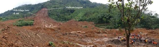 Gambar 9. Citra medan pandang lebar (wide-field) lokasi bencana tanah longsor dahsyat Jemblung (Sampang) 2014, diambil Pusat Vulkanologi dan Mitigasi Bencana Geologi per 13 Desember 2014 TU. Arah pandang ke selatan-tenggara. Nampak posisi mahkota longsor dan telaga/genangan air tepat dibawahnya. Sumber: PVMBG, 2014.