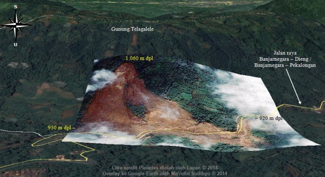 Gambar 1. Panorama dusun Jemblung, desa Sampang (Banjarnegara) dan Gunung Telagalele pasca bencana longsor dahsyat 12 Desember 2014. Dibuat dalam peta Google Earth yang dilapisi (overlay) citra satelit Pleiades dalam kanal cahaya tampak. Nampak lereng utara Gunung Telagalele yang longsor, dengan mahkota longsor di elevasi 1.060 meter dpl. Nampak pula lembah miring dimana dusun Jemblung semula berada, dengan ujung timur lembah 30 meter lebih tinggi dari ujung baratnya. Sumber: Sudibyo, 2014 berbasis Google Earth dan LAPAN, 2014.