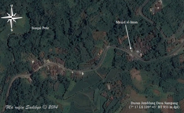 Gambar 2. Panorama dusun Jemblung, desa Sampang (Banjarnegara) dari langit dalam citra Google Earth pra bencana. Nampak bentangan jalan raya Banjarnegara-Dieng/Banjarnegara-Pekalongan, sungai Petir dan masjid al-Iman. Sumber: Sudibyo, 2014 dengan basis Google Earth.