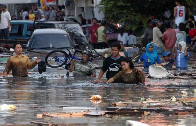 Gambar 1. Air laut bercampur lumpur pekat dan segala macam reruntuhan dari segala macam benda yang dihempas tsunami besar produk Gempa akbar Sumatra-Andaman 26 Desember 2004, tepat sepuluh tahun silam. Sumber: Yulianto dkk, 2010.