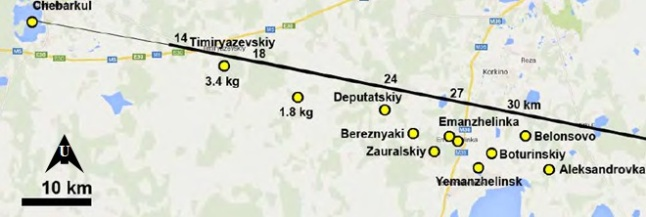 Gambar 12. Peta area temuan meteorit dalam Peristiwa Chelyabinsk 2013, yang ditandai dengan lingkaran kuning. Garis hitam merupakan proyeksi lintasan boloid di paras Bumi. Angka 14, 18, 24 dan seterusnya di sisi garis hitam menunjukkan ketinggian boloid pada saat melintas. Sumber: Popova dkk, 2013.