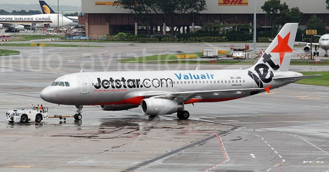 Gambar 3. Pesawat Airbus A320-232 nomor 9V-JSN milik maskapai JetStar Asia saat berada di apron bandara Soekarno-Hatta. Saat pesawat ini jelang mendarat di Jakarta sebagai penerbangan JSA114 pada Jumat pagi 14 Februari 2014 TU, ia mendadak masuk ke dalam awan debu produk Letusan Kelud 2014. Pesawat berhasil mendarat dengan selamat, namun insiden ini membuat kedua mesinnya rusak parah akibat menghisap debu vulkanik. Sumber: Indo-Avtiation.com, 2014.