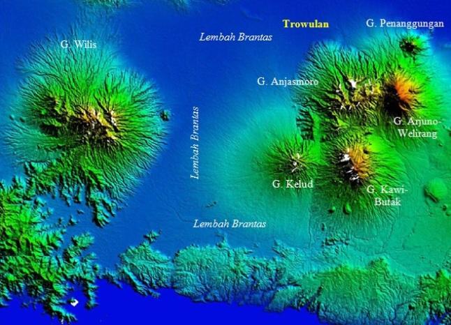 Gambar 6. Topografi lembah Brantas beserta gunung-gunung berapi yang mengapitnya. Trowulan adalah bekas ibukota kerajaan pada sebagian besar masa kerajaan Majapahit. Sumber: Zainuddin dkk, 2013.