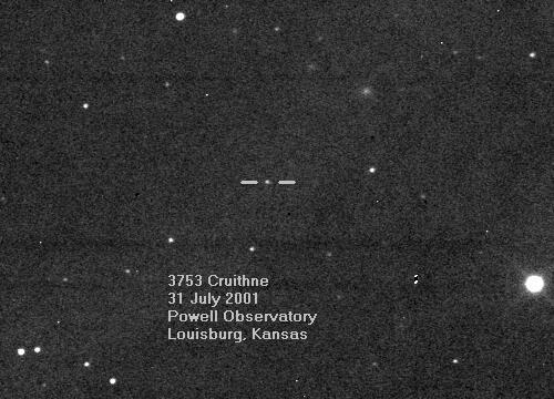 Gambar 2. Asteroid Cruithne (diantara dua garis lurus datar), diabadikan dari Observatorium Powell, Kansas (Amerika Serikat). Asteroid ini adalah asteroid pertama yang diketahui memiliki periode revolusi tepat sama dengan Bumi, sehingga hakikatnya berbagi orbit dengan Bumi. Oleh posisi uniknya, asteroid Cruithne terlihat mengelilingi satu titik dalam orbit Bumi lewat orbit-tampak mirip kacang, jika diamati dari Bumi. Sumber: Observatorium Powell, 2001.