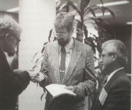 Gambar 8. Glenn Penfield (tengah) dan Antonio Camargo (kanan), bersama dengan Luis Alvarez (kiri) dalam sebuah pertemuan ilmiah di Houston, tahun 1994 TU. Penfield dan Camargo adalah sepasang detektif sains yang memburu kawah raksasa Chicxulub dengan gigih dan berusaha menunjukkannya sebagai kawah raksasa produk tumbukan asteroid yang memusnahkan dinosaurus dan 76 % makhluk hidup lainnya. Sumber: Penfield, 2009.