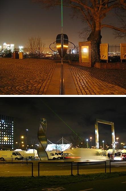 Gambar 2. Halaman utara kompleks Royal Observatory of Greenwich, London (Inggris). Garis meridian Greenwich nampak divisualisasikan dengan lempengan baja di tanah. Sementara seberkas sinar laser hijau (panjang gelombang 5.20 Angstrom) disorotkan tepat di atasnya, berimpit dengan meridian Greenwich (atas). Berkas laser tersebut dapat dilihat hingga sejauh 58 kilometer, bila cuaca cerah. Berkas laser yang disorotkan ke utara tepat lewat di atas Lapangan Meridian di dekat stasiun Stradford. Sebuah monumen penanda garis meridian Greenwich didirikan di sini (bawah). Sumber: The Greenwich Meridian, diakses 29 Juni 2015 TU.