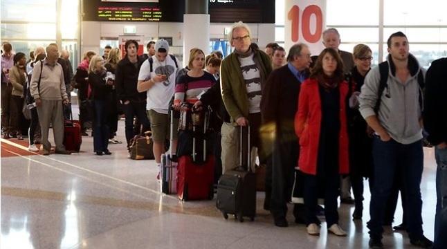 Gambar 6. Calon penumpang Qantas Airways yang terlantar berjam-jam di bandara Sydney (Australia) pada 1 Juli 2012 TU seiring kekacauan leap second bug akibat detik kabisat. Sumber: Daily Telegraph, diakses 29 Juni 2015 TU.