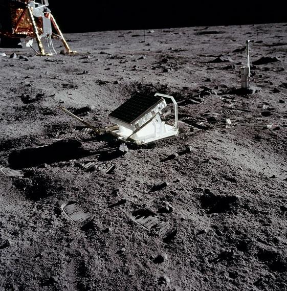 Gambar 4. Satu dari lima cermin retroreflektor yang ditempatkan manusia di Bulan. Di sini dipasang oleh para astronot Apollo 11. Teleskop-teleskop khusus di Bumi akan menembakkan berkas laser ke cermin ini hingga dipantulkan balik ke lokasi teleskop tersebut berada, guna mengukur jarak Bumi-Bulan tepat saat ini. Lewat cara inilah astronomi modern mengukur variasi rotasi Bumi dan waktu astronomik setiap harinya. Sumber: NASA, 1969.