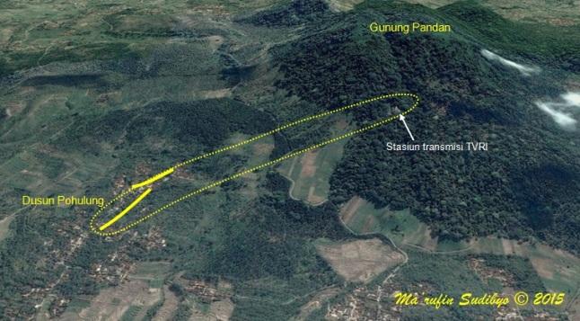 Gambar 3. Desa Klangon dari udara, dilihat dari selatan dengan arah pandang miring. Garis kuning takterputus menghubungkan unit-unit rumah yang retak-retak akibat gempa. Sementara garis titik-titik menandai estimasi lokasi zona rekahan sumber Gempa Klangon, dihitung dari posisi stasiun transmisi TVRI Gunung Pandan. Sumber: Sudibyo, 2015 dengan peta Google Earth dan data PVMBG.