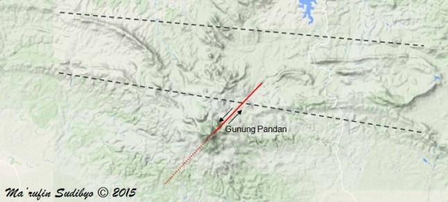Gambar 8. Peta topografi Gunung Pandan dan kawasan sekitarnya. Garis abu-abu putus-putus menunjukkan jajaran perbukitan yang seharusnya lurus, namun kemudian terbelokkan oleh tumbuh kembangnya Gunung Pandan pada masa aktifnya. Sedangkan garis merah menunjukkan posisi sesar Pacul, yang ditengarai berasosiasi dengan sesar penyebab Gempa Klangon. Sumber: Sudibyo, 2015 dengan peta Google Maps dan data dari Salahuddin Husein, 2015.