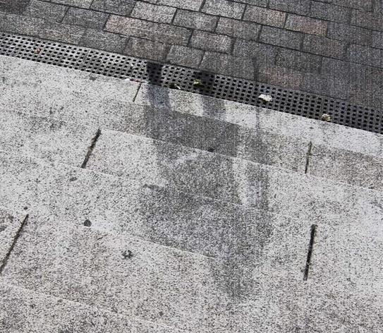 Gambar 2. Bayangan manusia di anak tangga. Saat bom nuklir bertajuk Little Boy meledak di ketinggian udara Hiroshima, sosok paruh baya bertongkat ini sedang berdiri di tepi jalan, di ujung anak tangga sebuah bangunan. Ia terlalu dekat dengan ground zero (episentrum titik ledakan), sehingga menderita paparan panas yang sangat tinggi dan sangat kuat. Demikian kuatnya sehingga bayangannya pun tercetak di anak tangga. Sosok ini menjadi salah satu korban tewas akibat paparan panas berlebihan, yang membuat tubuhnya sontak menjadi arang atau bahkan menjadi abu. Sumber: Hiroshima Atomic Bomb Museum.
