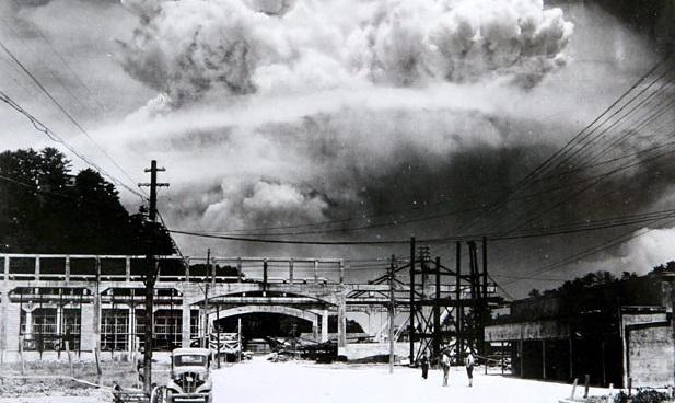 Gambar 1. Awan cendawan raksasa khas ledakan nuklir sedang mengembang di atas udara Nagasaki, hanya beberapa detik setelah bom nuklir berkode Fatman diledakkan di atas kota ini pada 9 Agustus 1945 Tu pukul 11:02 setempat. Sumber: Nagasaki Atomic Bomb Museum.