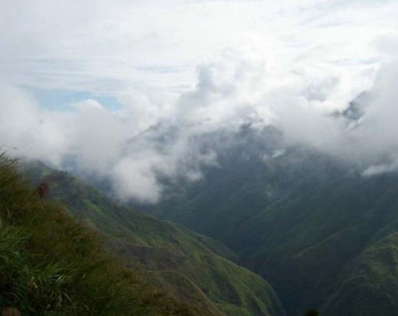 Gambar 6. Contoh awan yang menutupi lembah antar pegunungan (celah), yang kerap ditemui di lingkungan Pegunungan Jayawijaya. Tutupan awan semacam ini membuat penerbangan visual menuju ke bandara yang (misalnya) terletak dalam lembah tersebut menjadi mustahil dilaksanakan. Sumber: KNKT, 2010.