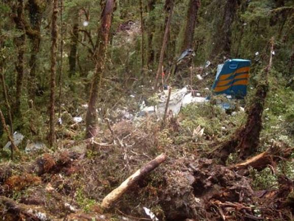 Gambar 5. Reruntuhan pesawat Twin Otter PK-NVC Merpati Nusantara, yang jatuh pada 2 Agustus 2009 TU di sudut Pegunungan Jayawijaya dalam jarak sekitar 19 kilometer dari lokasi kecelakaan ATR 42-300 PK-YRN Trigana Air Service. Kedua kecelakaan tersebut terjadi tatkala kedua pesawat juga sama-sama sedang memasuki celah yang mengarah ke bandara Oksibil. Kecelakaan Merpati merupakan kasus controlloed flight into terrain. Sumber: KNKT, 2010.